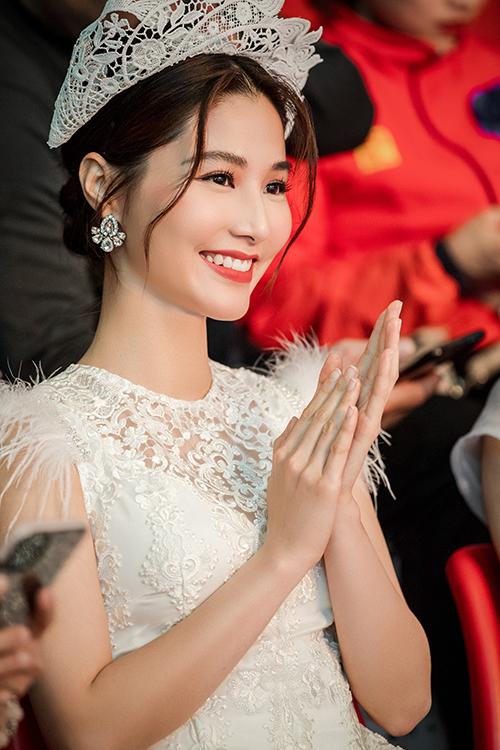 Nữ diễn viên Gái già lắm chiêu rạng rỡ ngồi ở hàng ghế khách mời theo dõi chương trình. Cô hiện ở Hà Nội để hoàn thành phim truyền hình do VFC sản xuất.