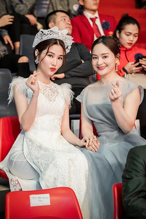 Hai người đẹp tạo dáng nhí nhảnh trên hàng ghế khách mời.
