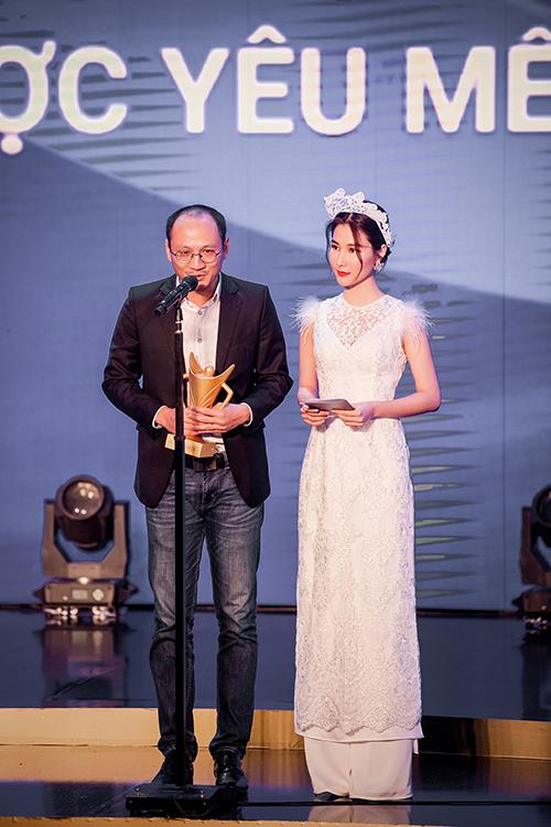 Diễm My 9X cùng nhà báo Phan Đăng trao giảiVận động viên được yêu thích nhất.