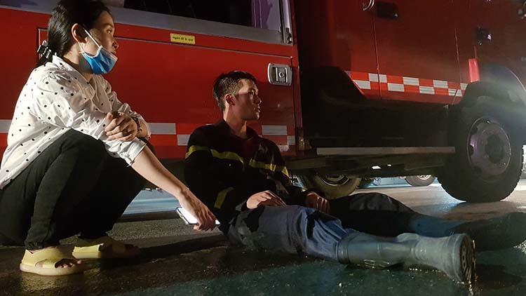 Một lính cứu hoả đánh bệt vì kiệt sức sau khi tham gia cứu hộ.