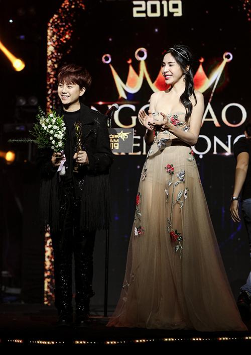 Tối 15/1, nhân vật đầu tiên lên sân khấu  nhận giải là Bảo Hân. Nữ diễn viên chiến thắng hạng mục Ngôi sao triển vọng, vượt qua bốn ứng viên khác là Jack-KICM, Quân A.P, BB Trần và Quang Trung.