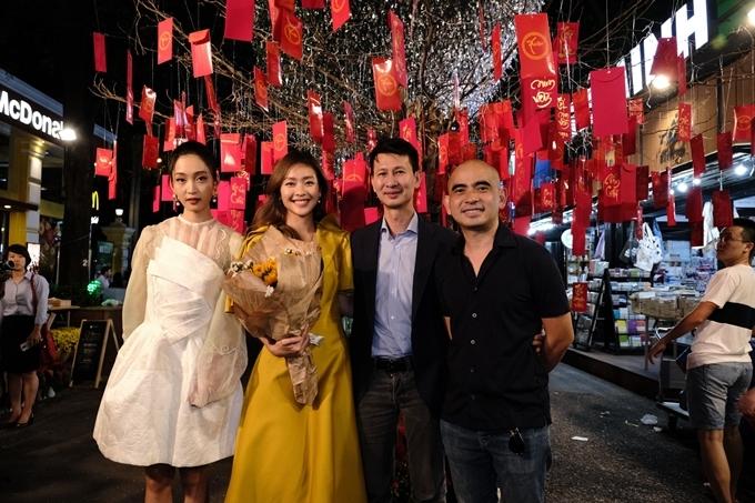Từ trái qua: ca sĩ Junky San, Khả Ngân, đạo diễn Quang Bình và nhạc sĩ Đức Trí đứng dưới thảm gió được đoàn phim trang hoàng tại đường sách.