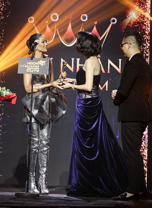 Top 5 đề cử Mỹ nhân của năm gồm HHen Niê, Hoàng Thuỳ, Tiểu Vy, Lương Thuỳ Linh và Đỗ Mỹ Linh. Người được xướng tên trên sân khấu là hoa hậu HHen Niê.