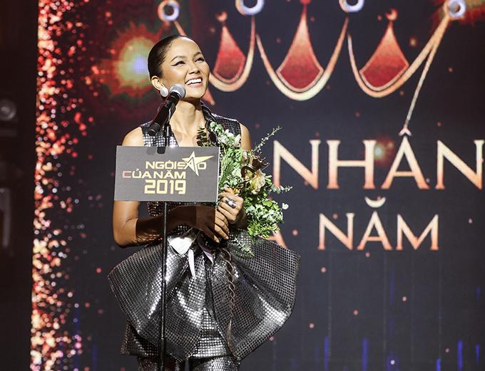 Giọng run run, HHen Niê gửi lời cảm ơn đến báo Ngoisao.net và các fan vì đã ủng hộ cho mình. Trước khi dự buổi lễ trao giải, cô không hề biết trước kết quả nhưng đã háo hức đến đây để tham dự chương trình. Cô cảm thấy bản thân chưa xứng đáng được gọi là mỹ nhân vì vẫn còn xuề xoà nhưng giải thưởng này khiến cô thấy mình phải thay đổi. Hoa hậu còn cho biết cô cảm thấy rất ngại khi trở thành Mỹ nhân của năm.