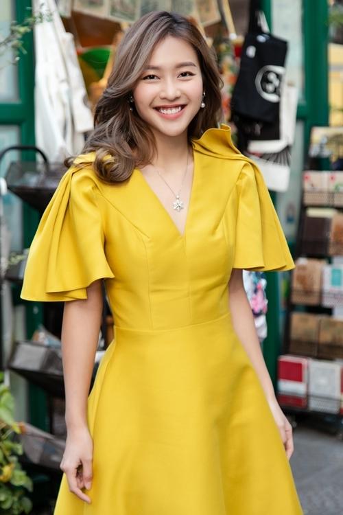 Nữ diễn viên 23 tuổi rạng rỡ xuất hiện tại buổi giao lưu của đoàn làm phim tại đường sách Nguyễn Văn Bình, TP HCM chiều 15/1.