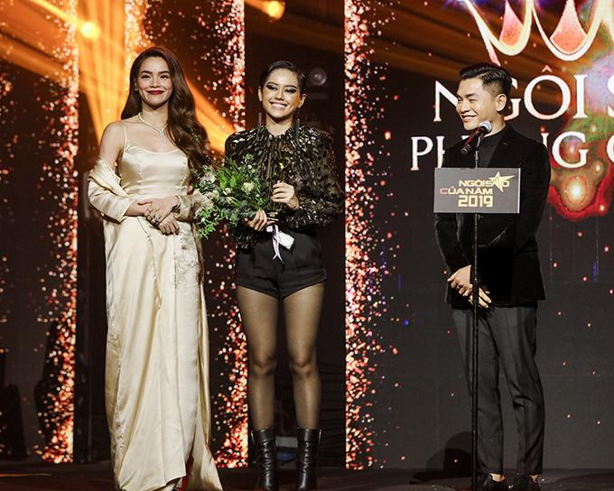 Vượt qua Châu Bùi, Phí Phương Anh, Quỳnh Anh Shyn và Salim, Khánh Linh nhận giải Ngôi sao phong cách. Chia sẻ trong nước mắt, cô cho biết mình  rất bất ngờ và đây cũng là lần đầu tiên cô nhận được một giải thưởng. Danh hiệu là động lực để Khánh Linh cùng team Cô em trendy cố gắng và phát triển hơn nữa.