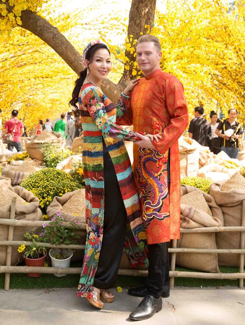 Khánh Loan có mối quan hệ thân thiết với ca sĩ người Mỹ Kyo York. Nhân dịp khai mạc Lễ hội hoa xuân tại quận 1 TP HCM, hai người rủ nhau đến chơi và chụp ảnh Tết.