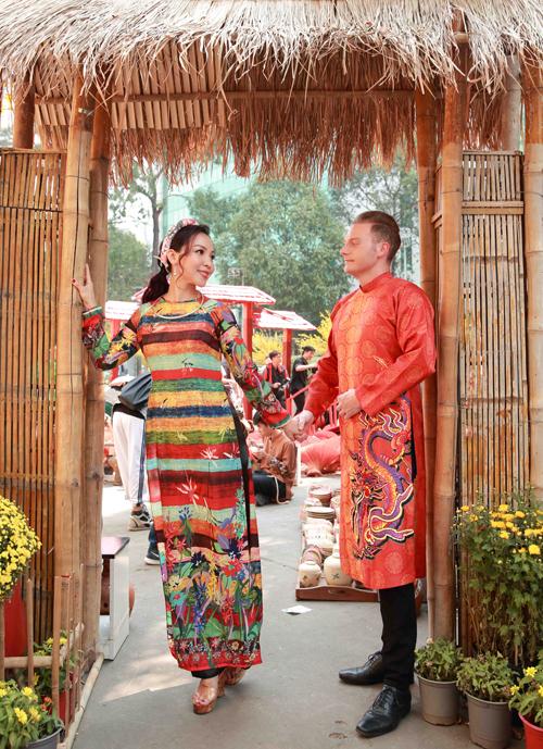 Khánh Loan duyên dáng trong tà áo dài đủ màu trong khi Kyo York trông nho nhã khi diện quốc phục Việt Nam.