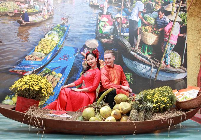 Nhà văn hóa Thanh Niên TP HCM được trang trí công phu, tái hiện cảnh sinh hoạt của người dân vào những ngày Tết đến xuân về rất náo nhiệt.