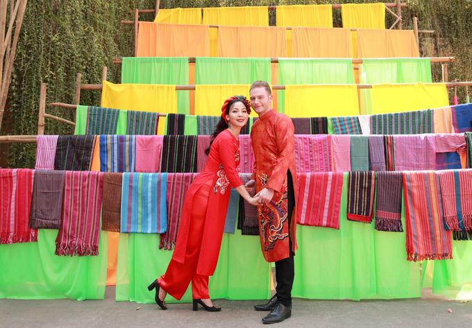 Chuyên gia trang điểm Kim Tuyến hỗ trợ Khánh Loan và Kyo York thực hiện bộ ảnh dạo chơimừng xuân Canh Tý.