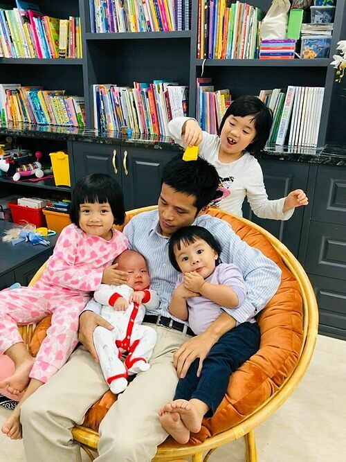 Chồng MC Minh Trang bên 4 con.