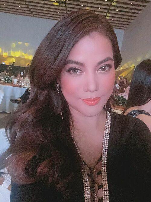 Trương Ngọc Ánh selfie khi tham dự giải Ngôi sao của năm.