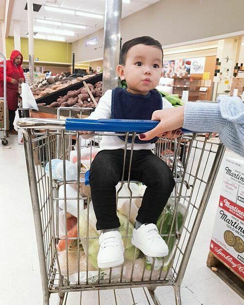 Phạm Hương cùng con trai đi siêu thị mua sắm. Cô khoe hôm nay mẹ mới cắt tóc cho Max. Max sắp 13 tháng rồi đấy các cô chú a.