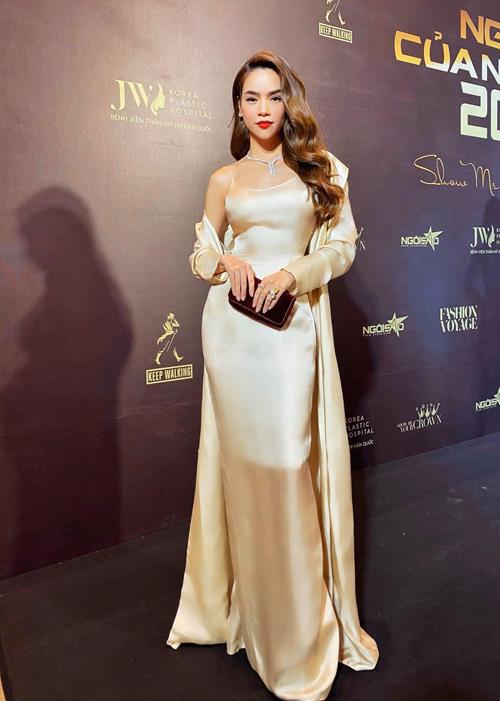 Hồ Ngọc Hà khoe đường cong đồng hồ cát trong mẫu đầm của Lý Quí Khánh thiết kế riêng cho cô. kết hợp cùng váy hai dây đường cắt may tinh tế là áo choàng lụa đồng điệu sắc màu.