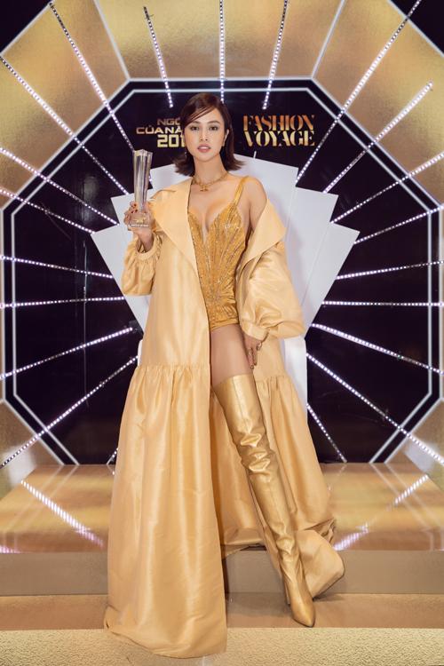 Bộ cánh phối hợp giữa body suit đính kết thủ công, áo choàng đồng điệu cùng bốt cổ cao của Lê Thanh Hòa giúp Vũ Ngọc Anh nhận giải Nữ hoàng đêm tiệc