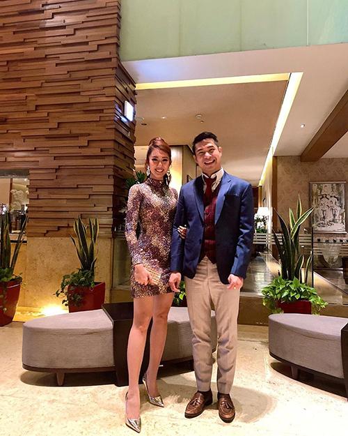 Diễn viên Thúy Ngân trêu Trương Thế Vinh cười như bắt được vàng khi chụp ảnh cùng mình và tiết lộ anh vẫn còn độc thân.