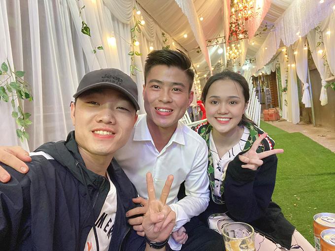 Xuân Trường tới nhà chúc mừng Duy Mạnh - Quỳnh Anh. Ảnh: NQA.