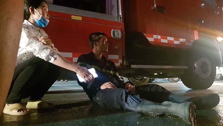 Một cảnh sát PCCC kiệt sức sau khi làm nhiệm vụ chữa cháy Toà nhà Dầu khí Thanh Hoá đêm 16/1.