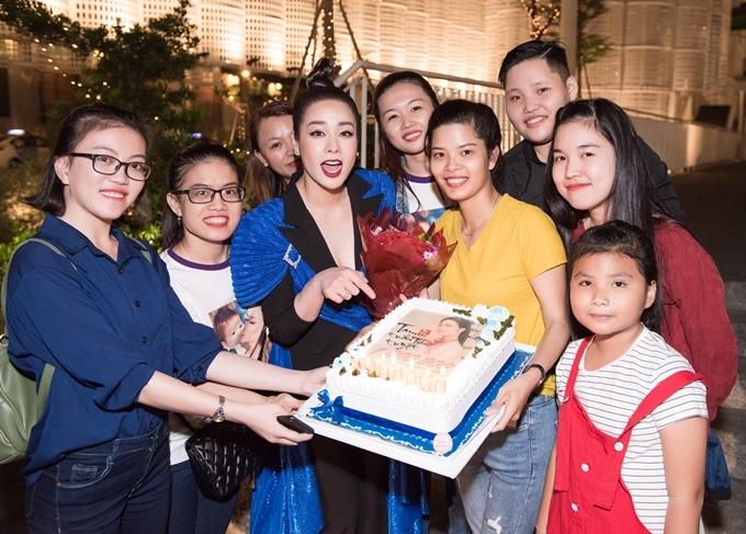 Nhật Kim Anh hạnh phúc khi fans có mặt đông đủ và tặng cô chiếc bánh kem. Đây là món quà mừng MV mới 'Tam tuần tứ tuyệt' của nữ ca sĩ đạt 1,7 triệu lượt xem sau 48h đồng hồ.