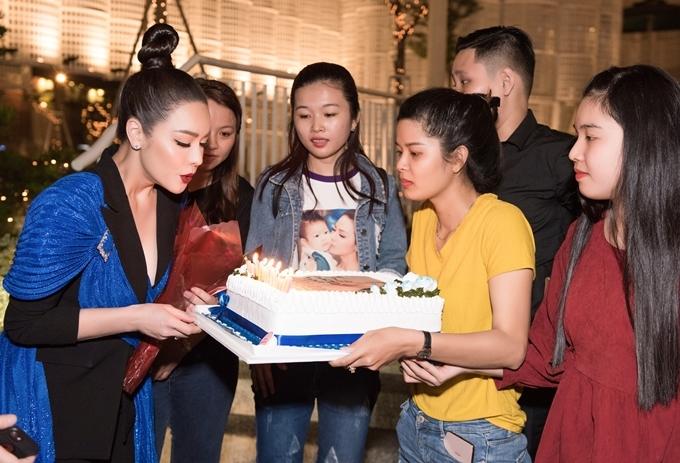 Cô thổi nến mừng MV mới và cảm ơn người hâm mộ đã yêu thương, theo dõi. Trong MV 'Tam tuần tứ tuyệt', Nhật Kim Anh sử dụng điển tích 12 Bà mụ quen thuộc trong dân gian Việt Nam. Cô ca ngợi vẻ đẹp và phẩm giá của người phụ nữ Việt.