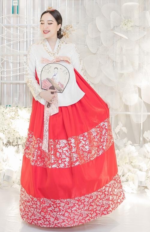 Xuất hiện trong bộ hanbok, Bảo Thy chọn kiểu trang điểm nhẹ nhàng, mái tóc búi cao. Cô còn tạo dáng nhí nhảnh với trang phục truyền thống của đất nước Hàn Quốc.