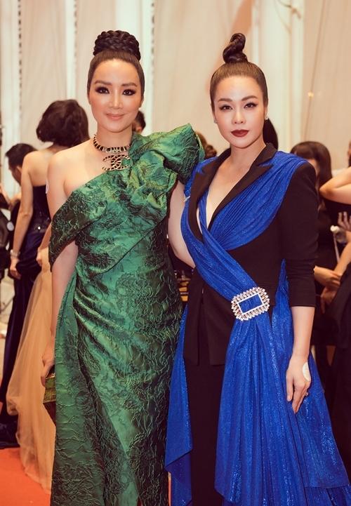 Người đẹp tạo dáng cùng Hoa hậu đền Hùng Giáng My (trái).