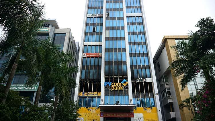 Tầng ba toà nhà, nhiều tài sản đã bị hoả hoạn thiêu rụi. Sáng 18/1, nhà chức trách đang phong toả hiện trường, điều tra nguyên nhân. Ảnh: Lê Hoàng.