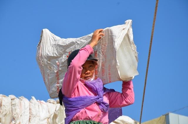 Những người phụ nữ mất chồng trong những chuyến ra khơi, họ làm đủ công việc để nuôi gia đình. Ảnh: Nguyễn Ngoan