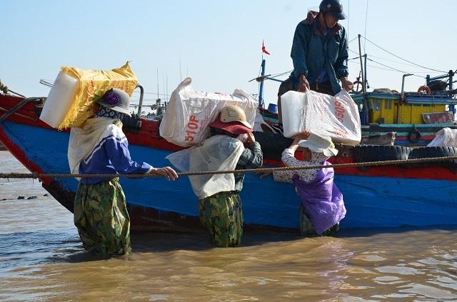 Vác đá lạnh trở thành nghề chính nuôi sống những người phụ nữ xã Ngữ Lộc. Ảnh: Nguyễn Ngoan
