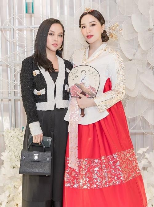 Hot girl Trang Pilla - chị dâu Bảo Thy diện phong cách sang trọng dự tiệc. Cô cũng chúc Bảo Thy sớm có tin vui trong năm mới, bên cạnh việc tập trung cho sự nghiệp.