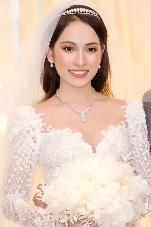 makeup Hiwon (người phụ trách làm đẹp cho Sara Lưu) tiếp tục chọn tông trang điểm màu cam giúp cô dâu Sara Lưu có được vẻ ngoài trẻ trung, tràn đầy năng lượng cho tiệc cưới buổi tối. Đây là tông màu ấm nóng, giúp vẻ ngoài trở nên nổi bật và cuốn hút.