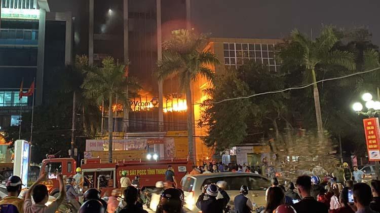 Lửa cháy nghi ngút trong toà nhà dầu khí Thanh Hoá tối 16/1.