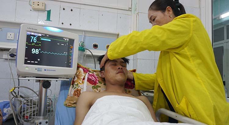 Trung sĩ Dương Văn Nam đang cấp cứu tại bệnh viện.