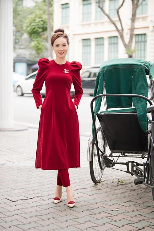 Áo dài cách điệu kết hợp với quần ống lỡ thay vì thiết kế truyền thốnggiúp người đẹp trở nên trẻ trung, năng động hơn khi dạo phố.