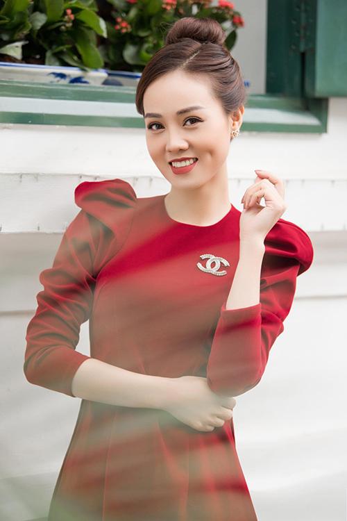 Ngọc Hà thể hiện khả năng phối đồ sành điệu khi kết hợp áo dài nhung cách điệu của NTK Hòa Nguyễn với cài áo, khuyên tai Chanel vàtóc túi cao.