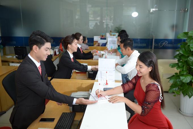 Nhiều ngân hàng tung các chương trình ưu đãi cho khách hàng mua sắm online bằng thẻ tín dụng.