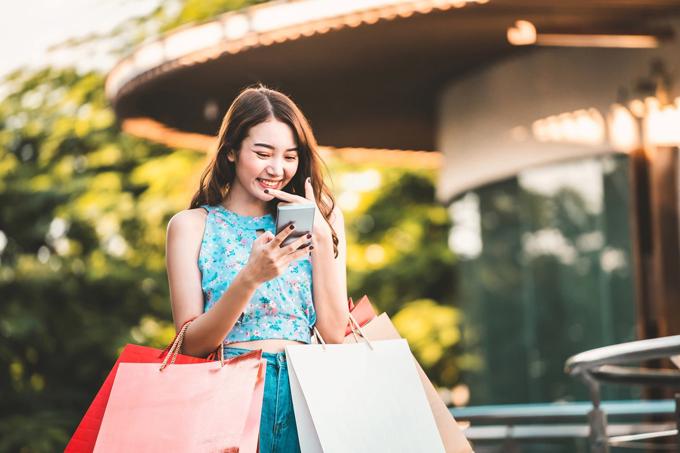 Mua sắm online ngày càng thu hút người dùng vì tính tiện lợi.