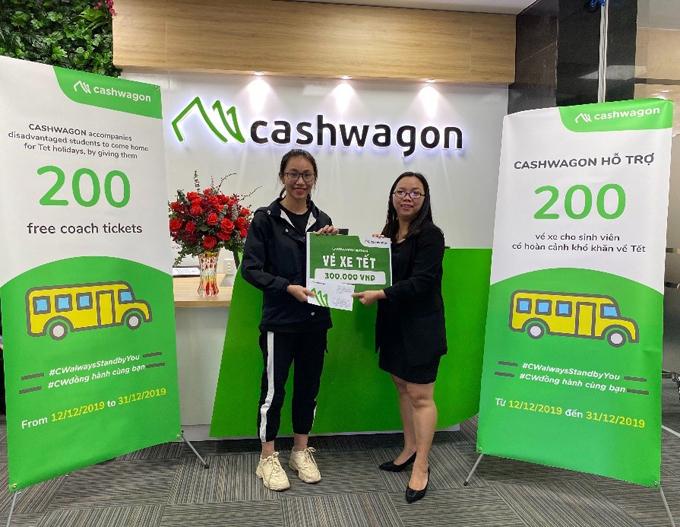 Bà Phan Nguyệt Phượng,trưởng phòng Hành chính - Nhân sự của Cashwagon Việt Nam đại diện công ty gửi vé xe đến các bạn sinh viên.