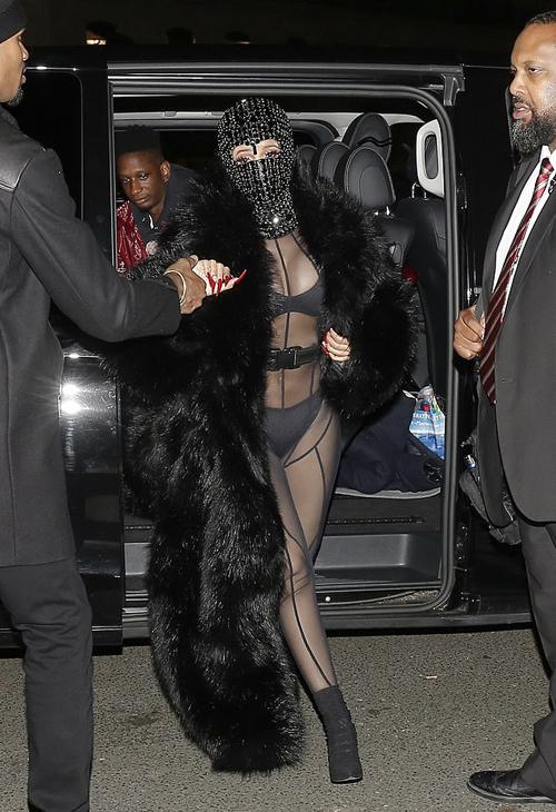 Cardi B tới xem show Laundered Works Corp tại Tuần lễ thời trang New York tối 16/1. Cô gây sốc khi bước ra xe trong bộ bodysuit xuyên thấu và đeo mặt nạ kín mít.