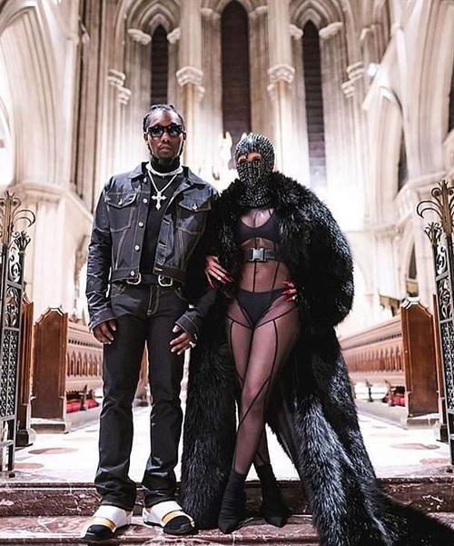 Cardi B tạo dáng sành điệu bên chồng - rapper Offset - khi vào xem show thời trang.