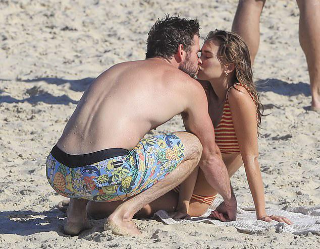 Đây là lần đầu tiên Liam và bạn gái 9X tình tứ nơi công cộng sau một tháng hẹn hò.