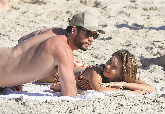 Liam Hemsworth và cô bạn gái Gabriella Brooks đi tắm biển ở vịnh Byron, Australia. Gabriella cùng quê với Liam và hiện là một người mẫu quốc tế.
