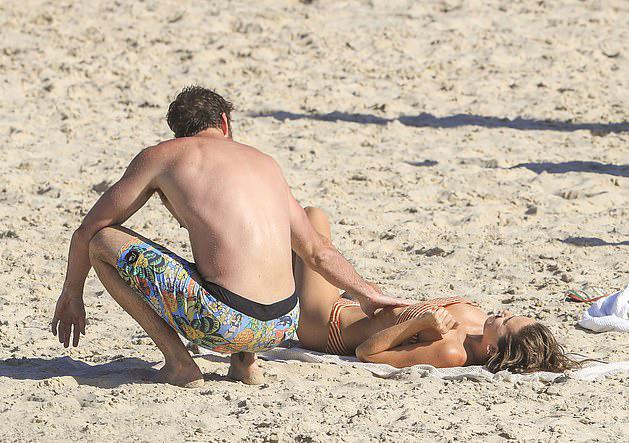 Liam Hemsworth âu yếm bạn gái mới - 4