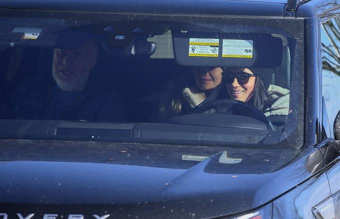 Meghan lái xe, ngồi cạnh là vệ sĩ và phía sau là Heather Dorak rời sân bay ở Canada chiều 16/1. Ảnh: Backgrid.