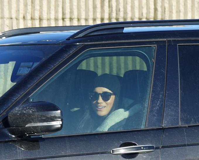 Meghan tự lái xe đến sân bay quốc tế Victoria, Canada chiều 16/1. Ảnh: Backgrid.