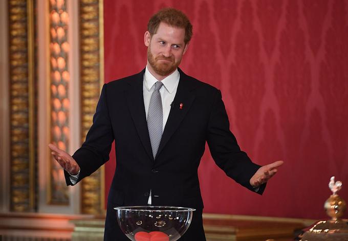 Hoàng tử Harry bốc thăm cho giải vô địch bóng bầu dục thế giới ở Điện Buckingham hôm 16/1. Ảnh: PA.
