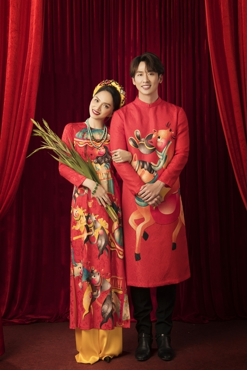 Trước thềm năm mới, Hương Giang cùng Tuấn Trần và các diễn viên phụ của phim Sắc đẹp dối trá thực hiện bộ ảnh áo dài, gửi lời chúc Tết an lành tới khán giả.