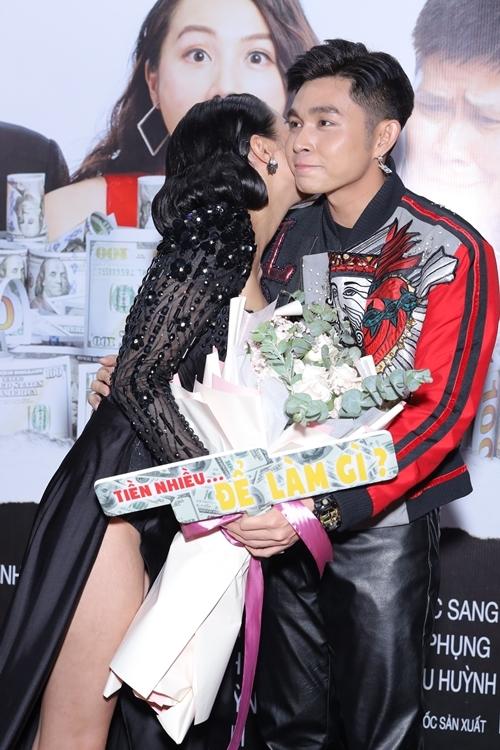 Ca sĩ - diễn viên Jun Phạm ngượng ngùng khi được Yaya Trương Nhi kề má.