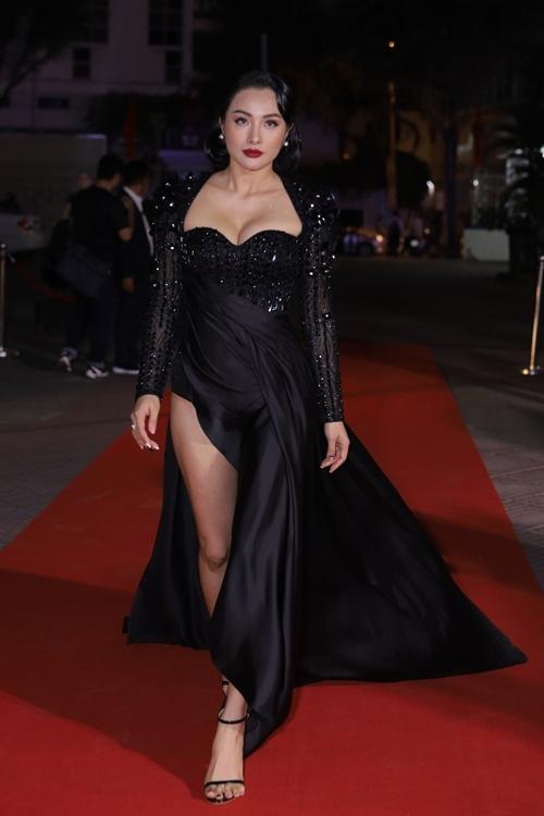 Yaya Trương Nhi xuất hiện trên thảm đỏ với bộ đầm đen tôn ngực đầy và xẻ cao đầy gợi cảm. Trong phim, cô đóng vai một người mẫu nội y, có nhiều cảnh khoe thân nóng bỏng và tình tứ với các bạn diễn nam. Trương Nhi gây tò mò khi tiết lộ, vai diễn của cô không chỉ cởi đồ mà còn hơn thế nữa.