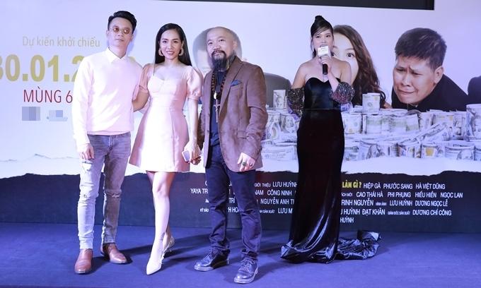Buổi chiếu phim còn có sự góp mặt của một số cặp đôi và nhiều nghệ sĩ nổi tiếng trong showbiz Việt. Vợ chồng ca sĩ - nhạc sĩ Hoàng Bách (trái) chụp cùng nhà sản xuất Dương Chí Công.